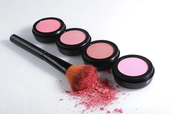 cara memakai blush on