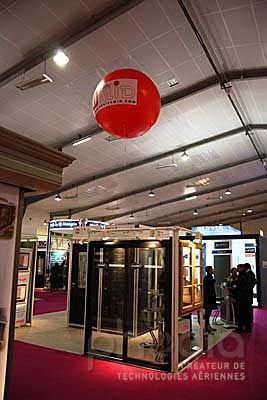 ballon publicitaire rouge hélium pour un fabricant et vendeur de fenêtre Artibat