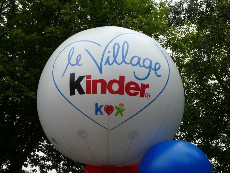 ballon publicitaire géant kinder 2.5m blanc pour l'extérieur
