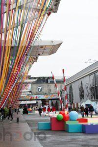 ballons personnalisés dans plusieurs coloris et différentes taille assurant la décoration d'une entrée