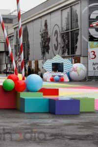 gros ballons à l'air décoratifs à l'entrée de la foire de paris