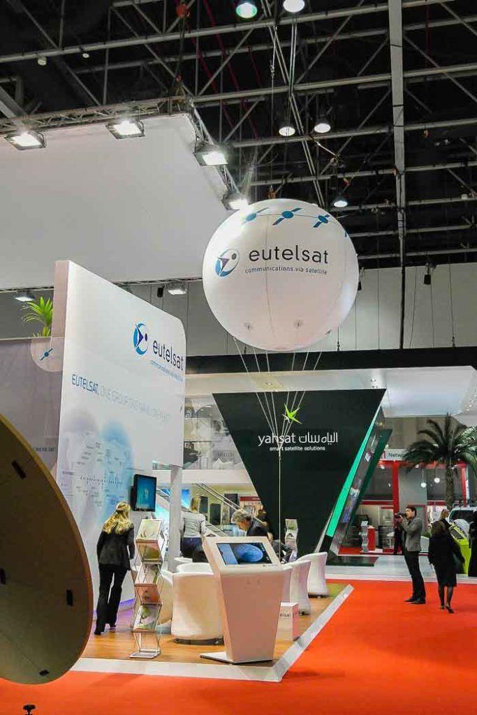 ballon hélium géant sur le stand d'Eutelsat sur un salon à Dubai