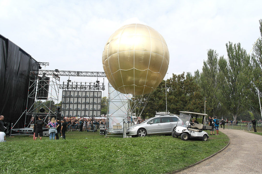 Sphère géante de 6m au festival inoxpark pour spectacle de trapéziste