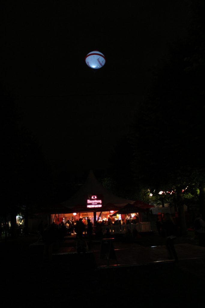 soucoupe kronenbourg a hélium qui éclaire dans la nuit