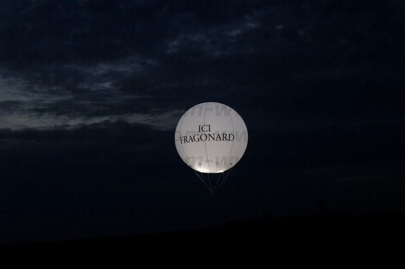 ballon publicitaire lumineux ou éclairant parfum Fragonard en pleine nuit