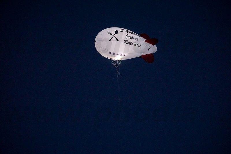 dirigeable helium lumineux pour promotion restaurant de nuit
