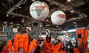 ballons publicitaire mappemonde total covering NPK à l'hélium salon Batimat