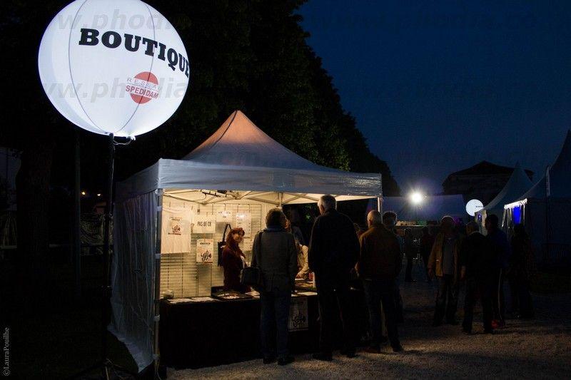 ballons lumineux à leds sur trépied pour festival de jazz. Impression boutique