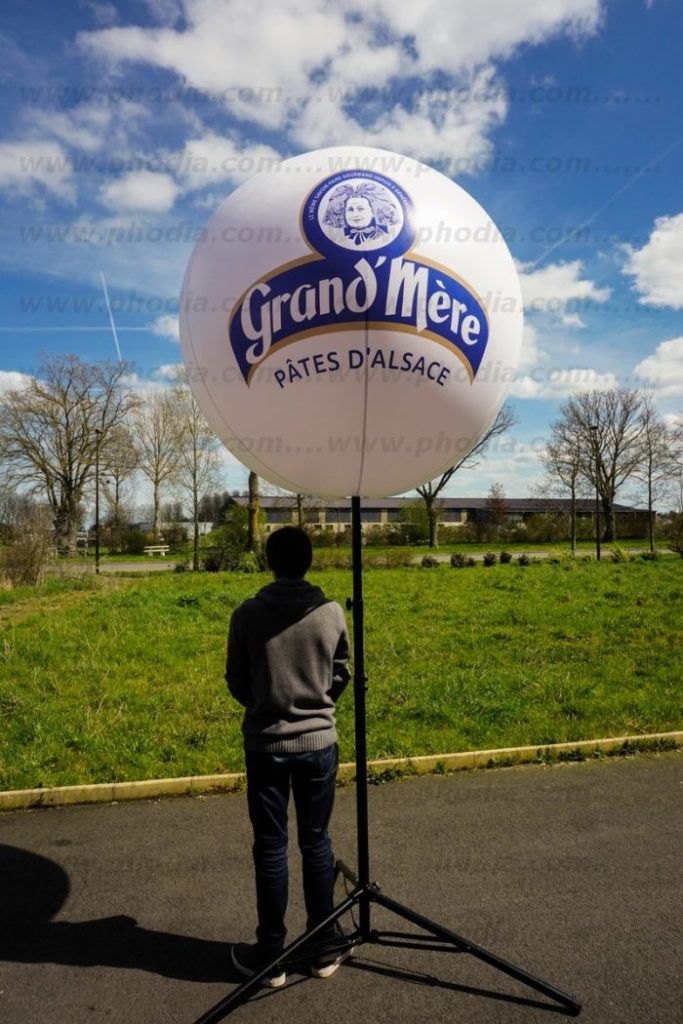 ballon trépied à plus de 3m de haut grand mère pâtes d'Alsace