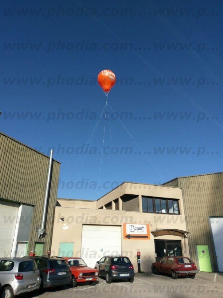 signalétique aérienne en forme de montgolfière gonflée à l'hélium pour appart fitness au dessus du bâtiment