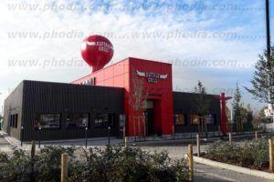 gonflable publicitaire sur toit de magasin : montgolfière 6 m rouge de grande taille buffala gril