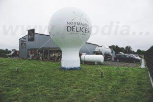 montgolfiere normandie delices pour un magasin. Installée sur une pelouse avec 4 piquets