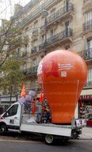 ballon montgolfière publicitaire Interco-CFDT Hauts-de-Seine 4m montée sur un camion lors d'une manifestation