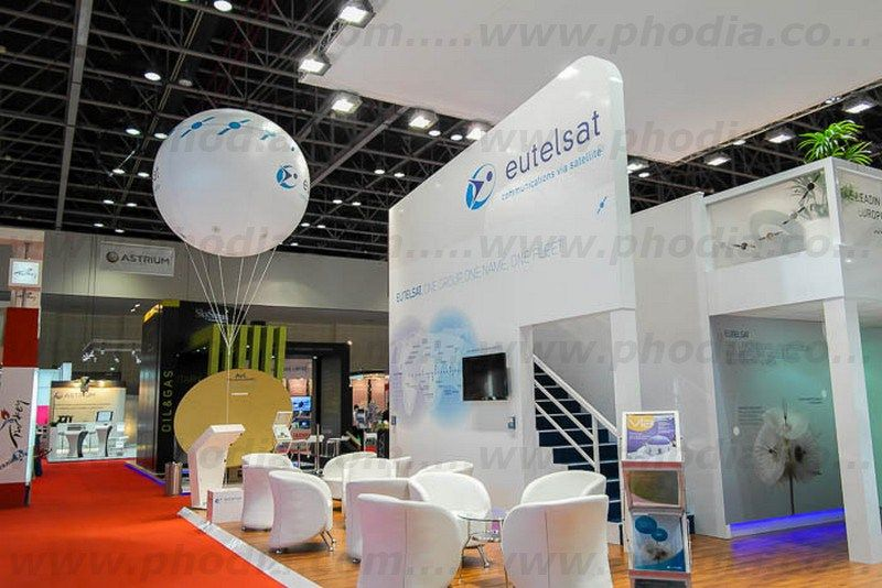 ballon eutelsat sur une stand au salon internationale de Dubai