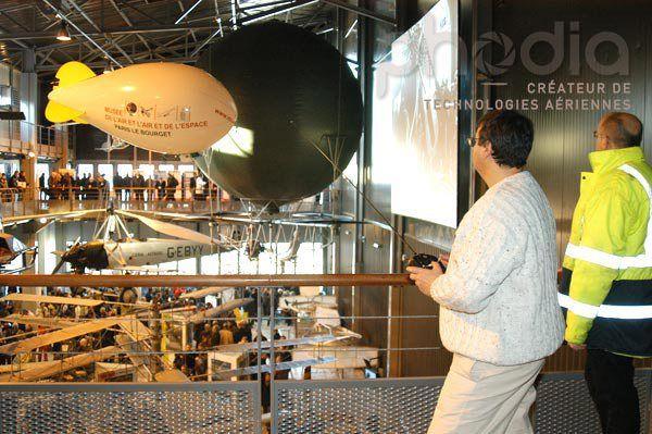 Dirigeable radio-commandé dans le musée de l'air et de l'espace au bourget