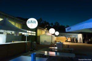 ballon éclairant sur pied pour signaliser un bar extérieur dans la nuit