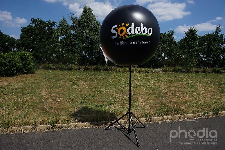 ballon publicitaire noir de marque sodebo 1.30m de diamètre avec un pied de 2.70m