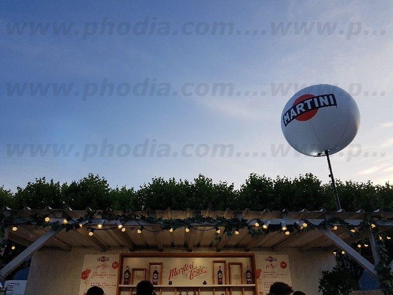 ballon sur mat telescopique martini dans un festival au dessus d'un bar