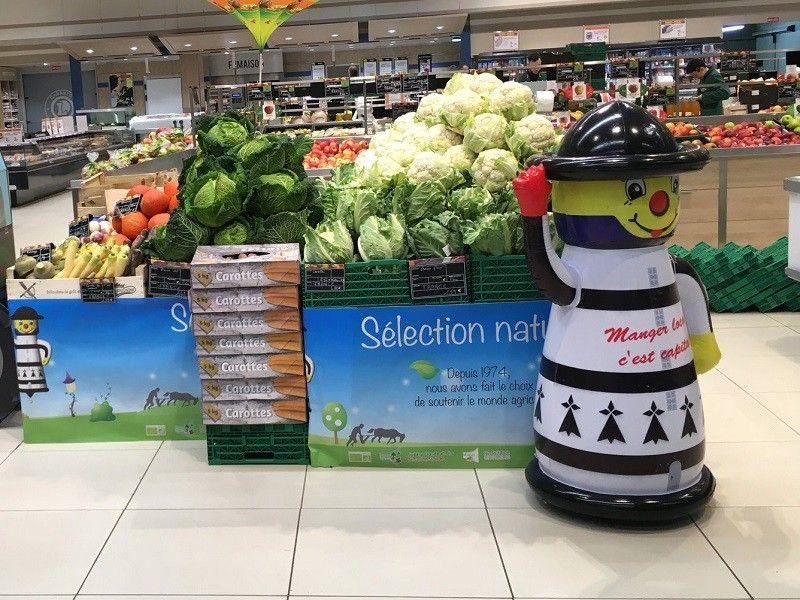 mascotte en forme de phare sur étale de fruits et légumes Reseau Subery