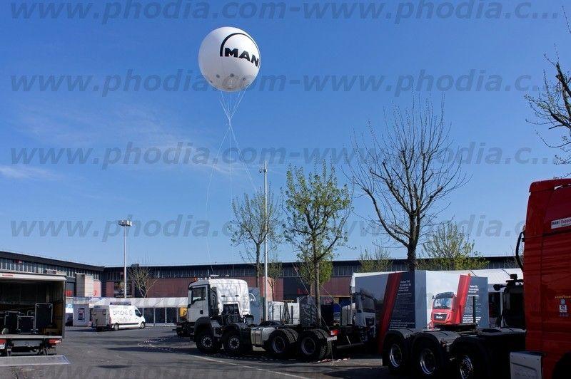 ballon Man intermat de 250 cm gonflé à l'hélium fixé sur un camion