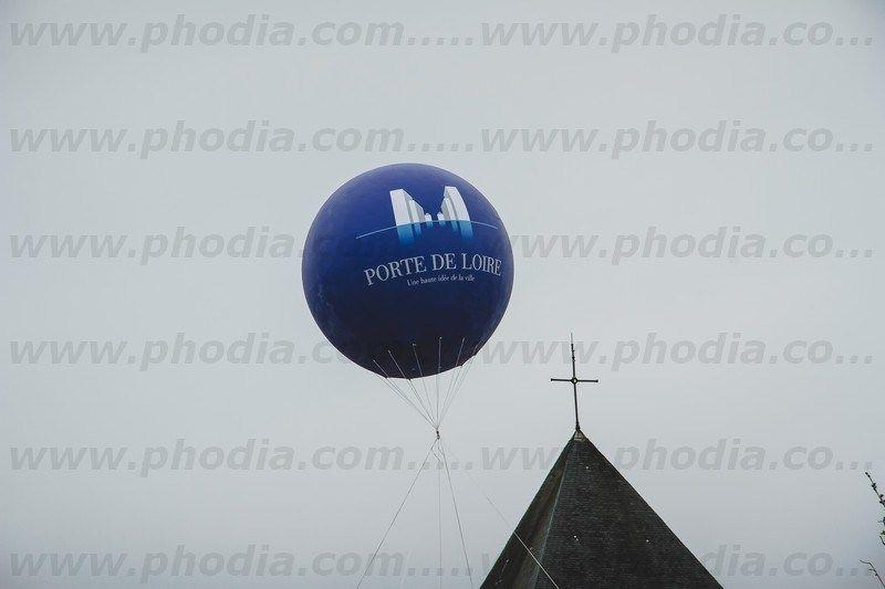 ballon pub hélium bleu de 2.5 m de diamètre prêt d'une église
