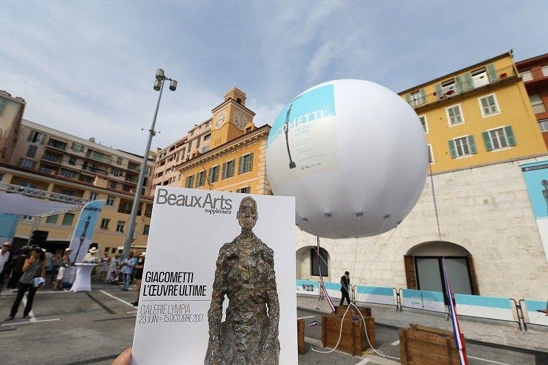 sphere publicitaire hélium géante giacometti expo au beaux arts