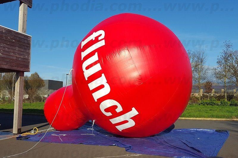 montgolfiere publicitaire flunch au sol de couleur rouge