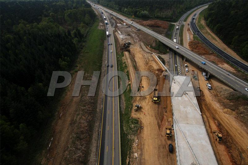 photographie aérienne d'autoroute en construction