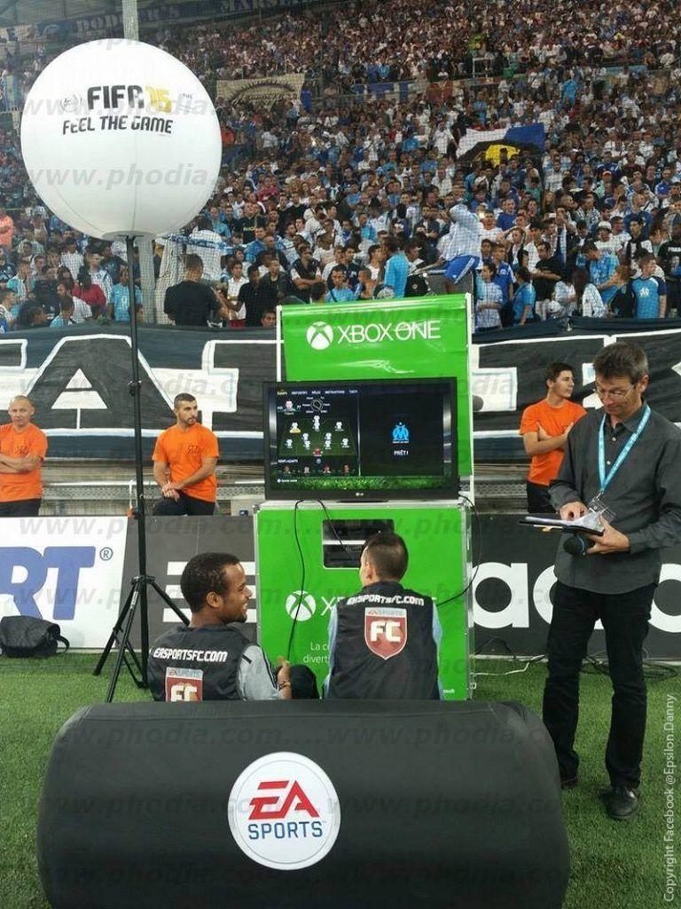 ballon sur pied dans une stade de foot pour concours sur Xbox one