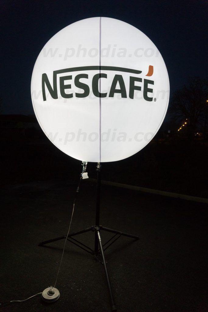nescafé ballon sur trepied telescopique lumineux