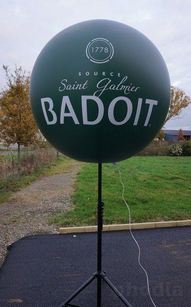 ballon vert Badoit sur mât télescopique source depuis 1178 logo 2 faces