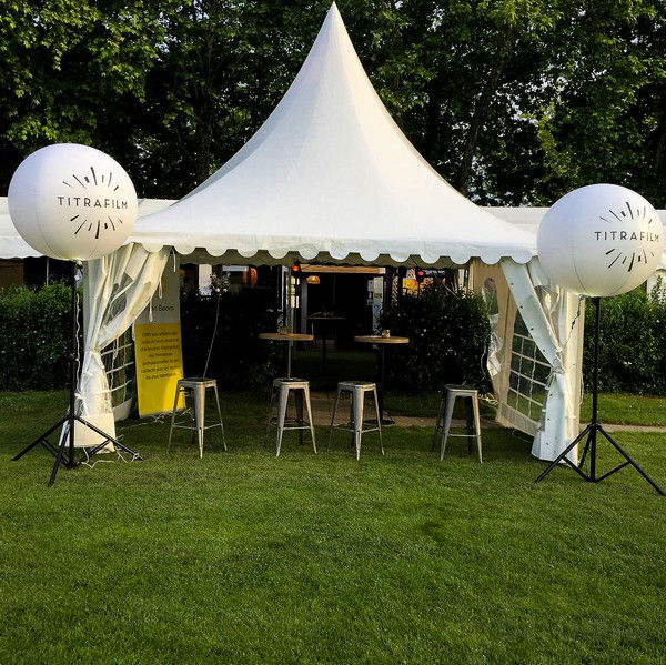 Titrafilm ballon blanc sur trépied 1.20m devant tente  de stand