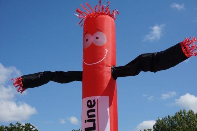 bizline skydancer publicitaire avec cheveux et tête rouge