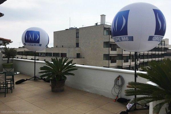 ballon groupe M6 blanc et bleu sur trépied de 2.90m