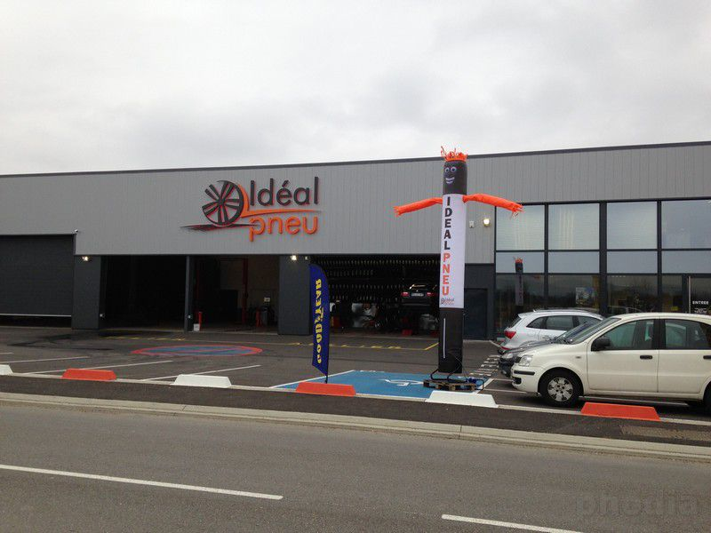 ideal pneu skydancer devant garage noir et blanc