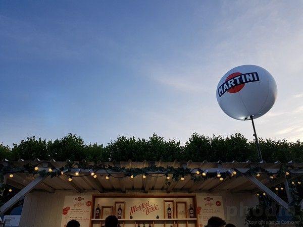 ballon martini fixé sur un toit de bar pour oération de communication