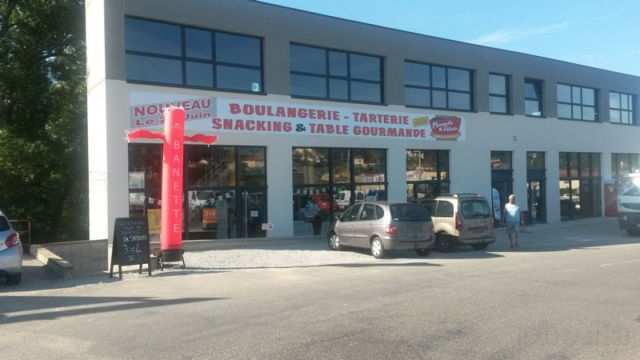 banette petite skydancer rouge devant boulangerie