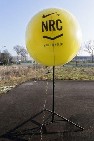 sphere NRC nike+ run club jaune sur pied avec éclairage