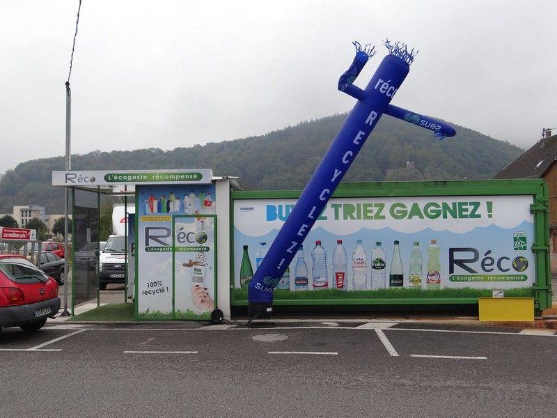 sky tube recyclez avec suez bleu de 6m de haut