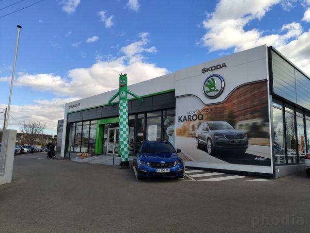 skydancer skoda taille de 5m devant une concession