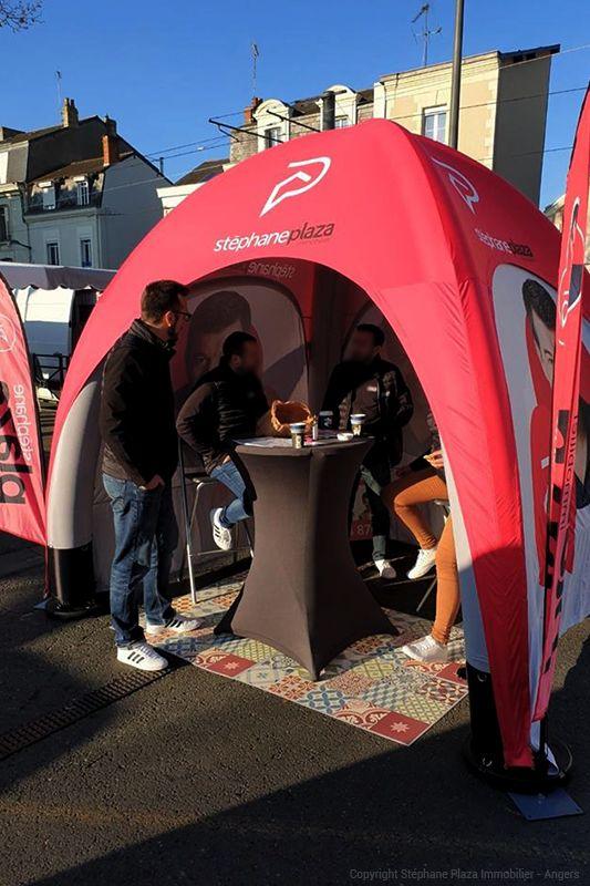 stand stéphane plaza à angers avec tente gonflable publicitaire