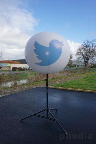 ballon sur trépied avec l'oiseau twiter en impression numérique