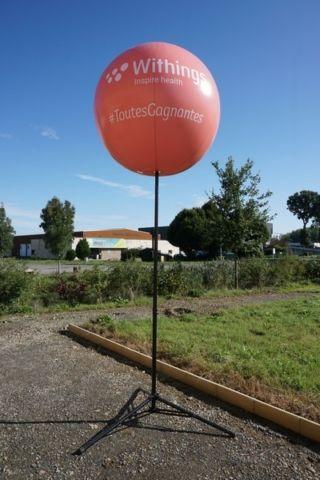 ballon withings orange monté à 4m su sol avec pied