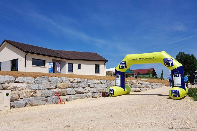 Arche gonflable publicitaire avec stabilisateur pour signaler l'entrée d'une porte ouverte pour un constructeur de maisons