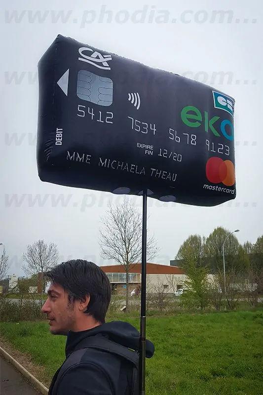 ballons street marketing en forme de carte de crédit pour une campagne crédit agricole à Bordeaux