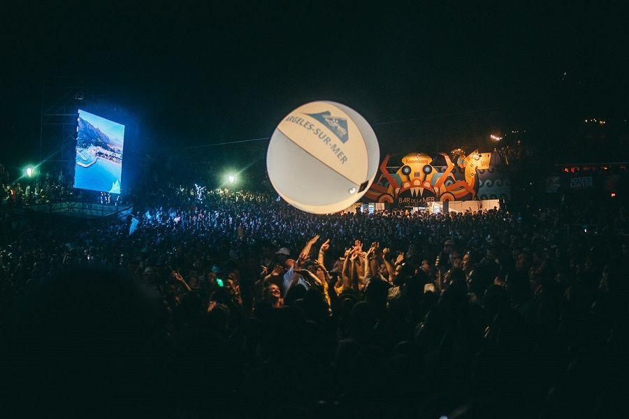 Ballon de foule lumineux dans le public au festival Les déferlantes 2019