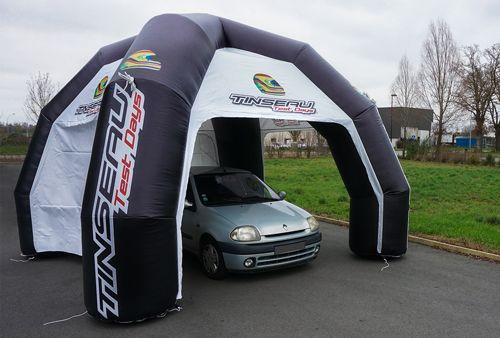 tente publicitaire Tinseau avec voiture à l'intérieur