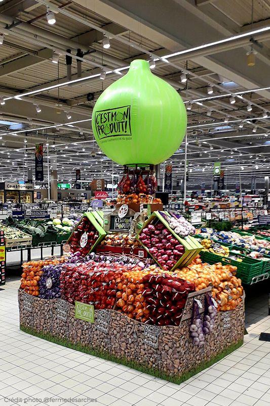 Une PLV gonflable en forme d'oignon géant sur un étalage de supermarché