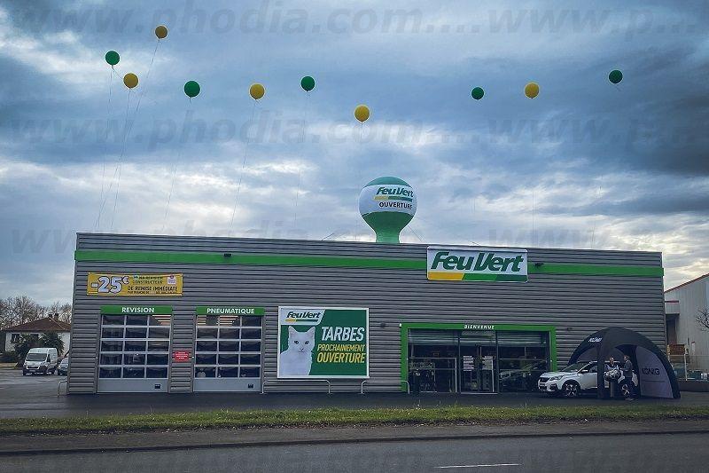 ballon montgolfiere feuvert tarbes au dessus du magasin