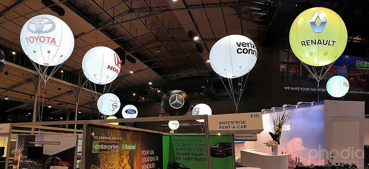 Installation d'une vingtaine de ballons lumineux sur un salon intérieur à paris
